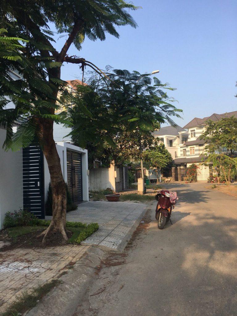 Đường trước nhà biệt thự Khang An